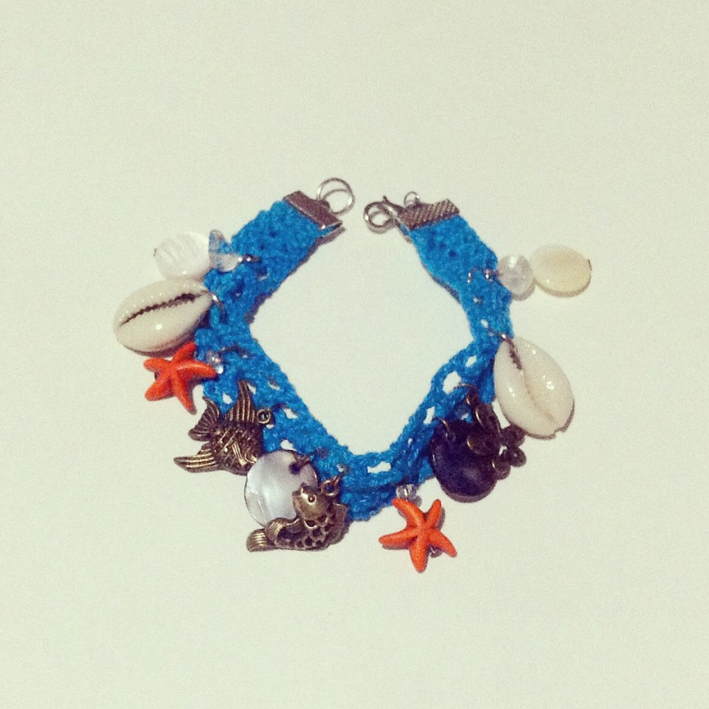 Check out this cool, ocean-themed crocheted bracelet from Ganchillyou!